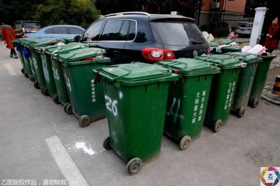 一汽车被垃圾桶包围_9377网页游戏资讯